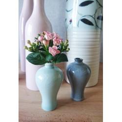 Paire de vases miniatures en porcelaine de Chine.