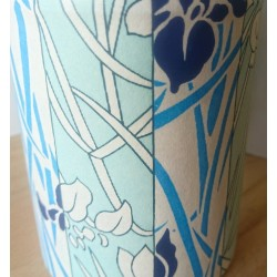 Papier chiyogami japonais aux iris bleu, création française.