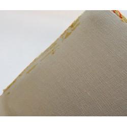 Quelques très légères traces de rouille sur le tissus.
