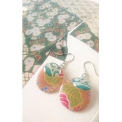 boucles d'oreilles artisanale par Koneko Shoppu au décor tropical japonais.