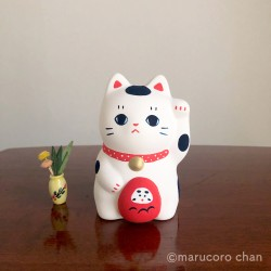 holding daruma buchi manekineko tirelire japon marucoro chan artisanat