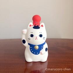Artisanat japonais de Marucoro chan en potery d'un manekineko petit chat porte bonheur.