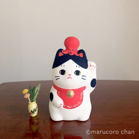 Manekineko Hachi mounted by a tako piggy bank