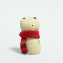 Chat en céramique artisanale, frileux, il a mis son écharpe bien chaude .Fait main à Kyoto par Jizodou.