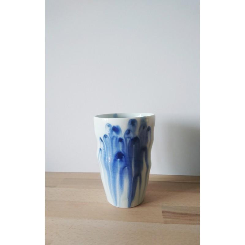 Un vase mêlant tradition et modernité.