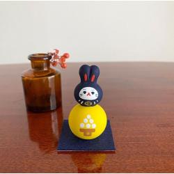 Un petit chat lapin monté sur une lune conçu pour symboliser la fête otsukimi