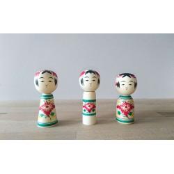 Série de poupées kokeshi Codama verte à décor de chrysanthème.